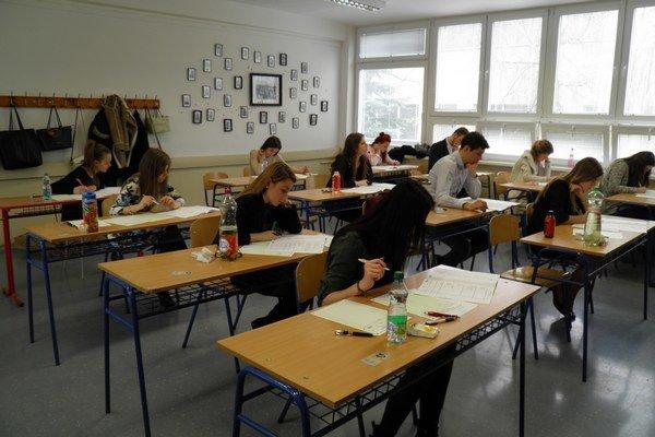 Test zo slovenčiny. Ostrú maturitu odštartovala slovenčina.