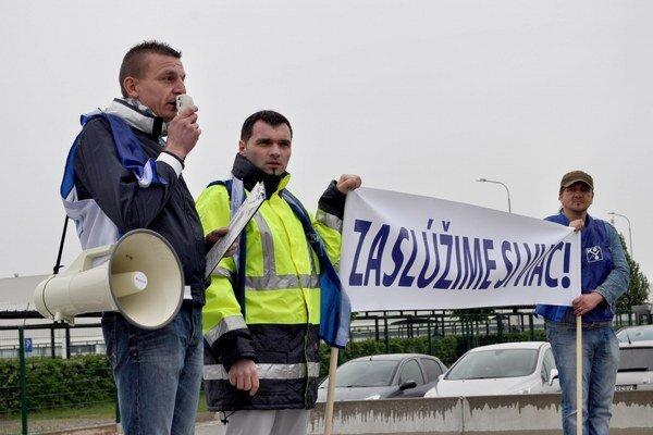 Zamestnanci trnavskej automobilky PSA Peugeot Citroën vstupujú do štrajkovej pohotovosti.