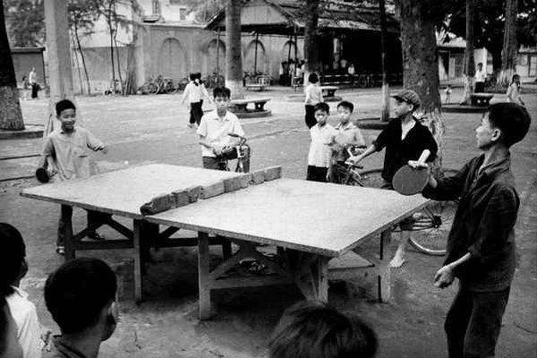 Pingpong  je hra, keď pri stole stoja dvaja a pinkajú loptičku cez zelenú sieť. Po nekonečnej vojne sieťok niet,zato je dosť tehál z rumovísk.