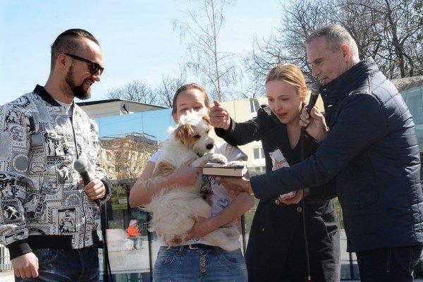 Idefix v akcii. Tento trojnohý psíček pokrstil granulami knihu hip-hopera Suveho (vľavo) s názvom Premena (Mením seba a svet).