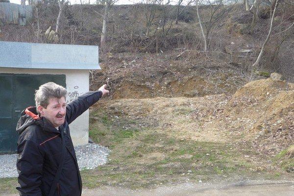 Pán Jasovký ukazuje nestabilné miesto. Hneď pod ním sa začína rad garáží.