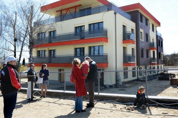 Inovatívny bytový komplex. Niekoľko desiatok Košičanov bolo v sobotu zvedavých na to, ako sa bude dať bývať vo ViLLE Kalvária.