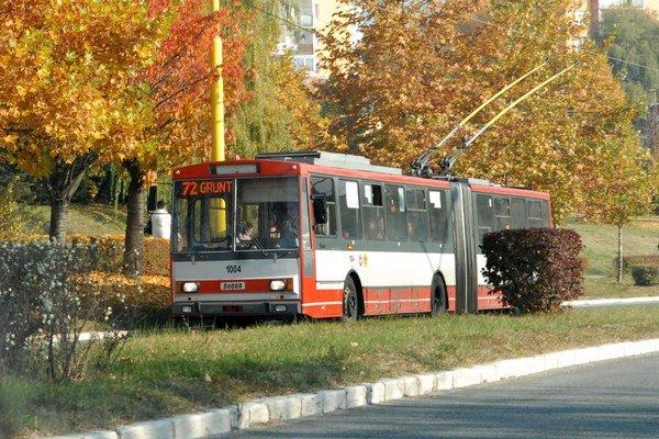 Trolejbus v uliciach Košíc. Je isté, že sa v ňom cestujúci roky nepovozia.