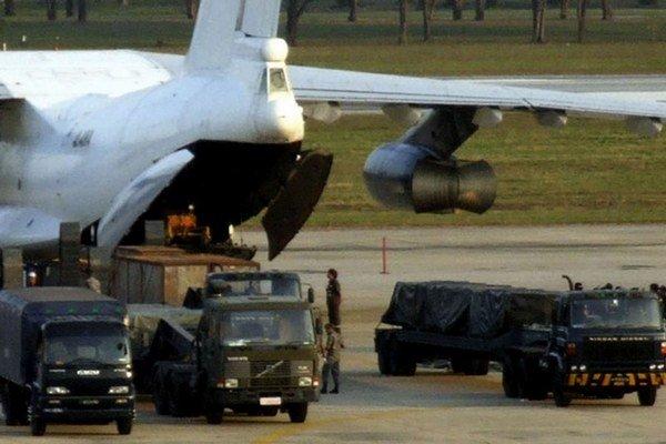Na archívnej snímke lietadlo Iľjušin II-76, ktoré sa pokúšalo v decembri 2009 pašovať 35 ton ťažkých zbraní zo Severnej Kórey do Iránu. Let si objednala novozélandská schránka SP Trading Ltd. Pašerákov zadržali na bangkockom letisko, kde chceli piloti dot