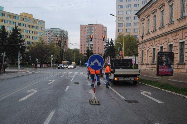 Krátko po ôsmej ráno. Cestári v piatok za pár sekúnd rozložili značky a prestalo sa jazdiť z Poštovej na Vojenskú.
