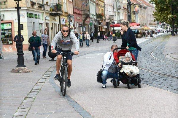 """Cyklisti. Na """"pešie"""" prechádzky na svojej ceste si už zvykli, väčšinou ich obídu."""