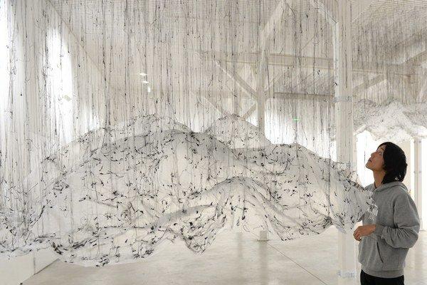 Tohtoročnou súčasťou Bielej noci je aj výstava japonského umelca Onishi Yasuakiho pod názvom Vertikálny objem, prevrátený objem. Na snímke inštalácia výstavy.