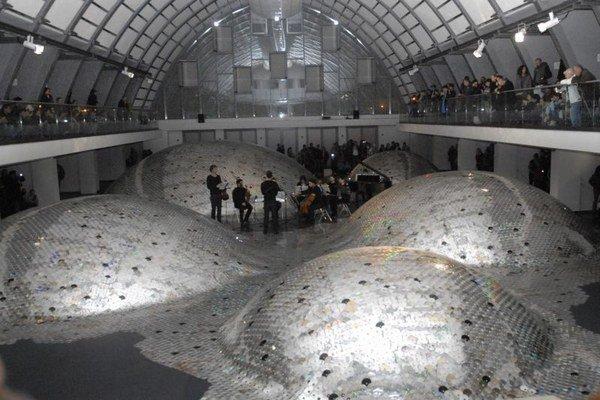 Momentka z minulého ročníka. Inštalácia v Kunsthalle bola preplnená divákmi do posledného miestečka.