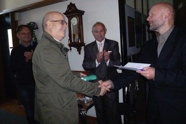 Milan Filičko (vľavo) preberá cenu.