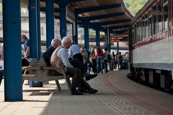 Od vlaku zadarmo odvezú ľudí aj lacnejšie autobusy, plánuje Smer.