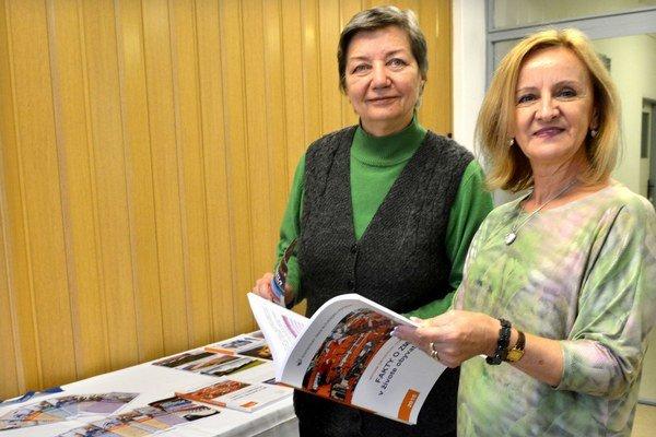 Štatistici otvorili svoje dvere. Aj táto Košičanka Mária Ščenská sa včera prišla pozrieť na Štatistický úrad. O novinkách sa porozprávala s riaditeľkou Annou Janusovou (vpravo).