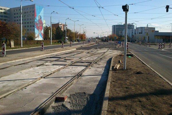 Koľajnice na Triede SNP. Takto to tam vyzeralo včera. Stále chýbal asfalt medzi koľajnicami.