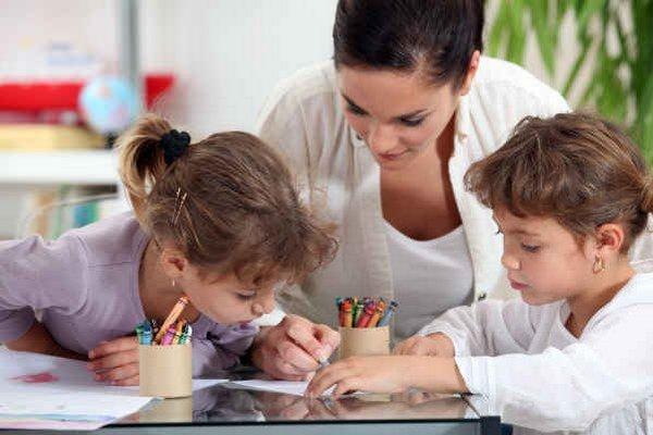 Písanie úloh s deťmi. Aj tým si môžete privyrobiť.