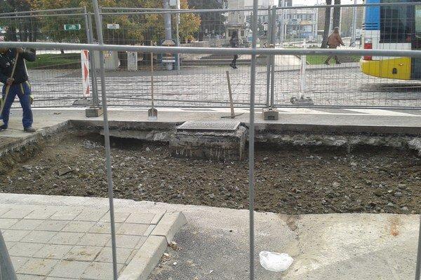 Diera po prepadnutej ceste. Snímka podľa Labaša vyvoláva pochybnosti, či bolo pod asfaltom dosť betónu.