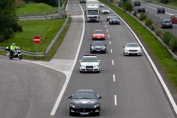 Diaľničnými nálepkami platia na Slovensku vodiči osobných áut za jazdu po spoplatnených úsekoch diaľnic a rýchlostných ciest.