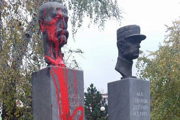 Zničená socha. Červená farba sa ušla Masarykovi, Štefánik ostal čistý.