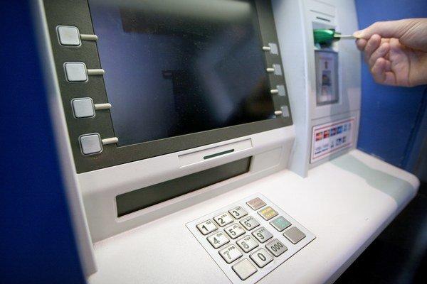 V bankomatoch ľudia omylom nechajú 10, ale aj 500 eur.