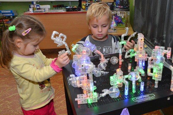 Malí vedci skúmali, kedy trubičky svietia.