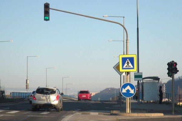 Predtým. Pre značku nebolo vidieť semafor.