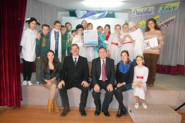 Víťazi festivalu. Žiaci zo Základnej školy sv. Mikuláša z Prešova s porotcami.