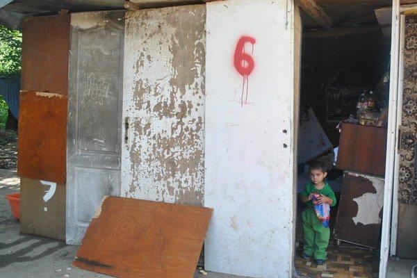 Bývanie v chatrči. Viacerým Rómom sa môže bytová situácia zmeniť.