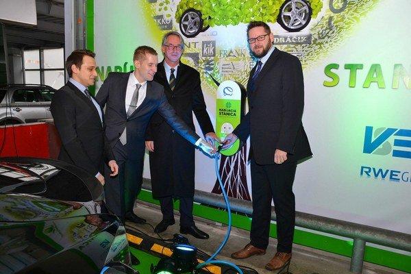 Spustenie elektronabíjačky. Včera ju otvorili slávnostne, majitelia áut ju už môžu využívať.