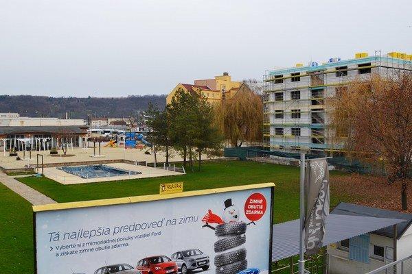 Areál plavárne. Vpravo stavia investor, na cestu potrebuje vyše 600 m2 zelene.