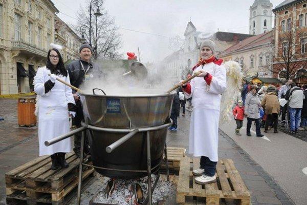 Anjelskú kapustnicu už šiesty rok varili na Hlavnej ulici v Košiciach 19. decembra 2015. Výťažok z tohto benefičného podujatia sa venuje organizácii Úsmev ako dar.
