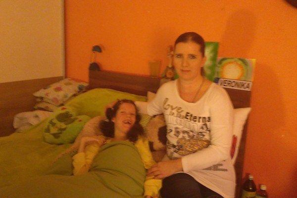 Veronika a jej mama. Starostlivosť o dcéru je náročná, ale Jarmila sa nevzdáva.