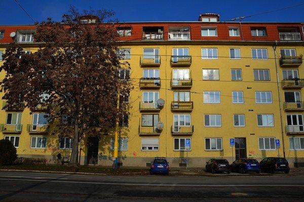 Ulica Československej armády. Starosta Severu býva v Starom Meste, ale trvalý pobyt má prihlásený na Severe, v inom byte.