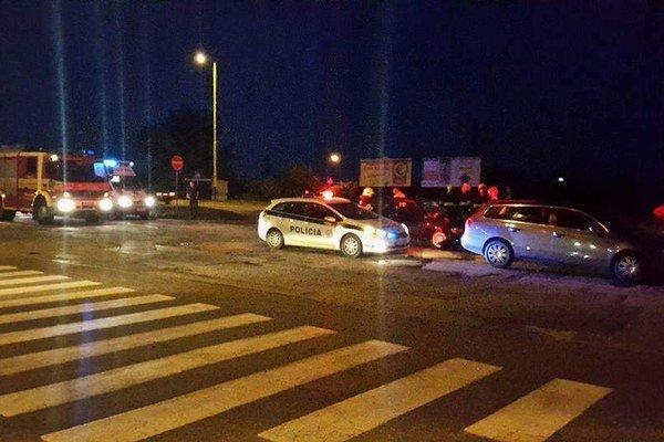 Po nehode. Do nemocnice odviezli dvoch ľudí.