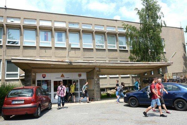 Gymnázium Alejová. Privítajú ho tieto priestory, hodiace sa skôr do minulého storočia.