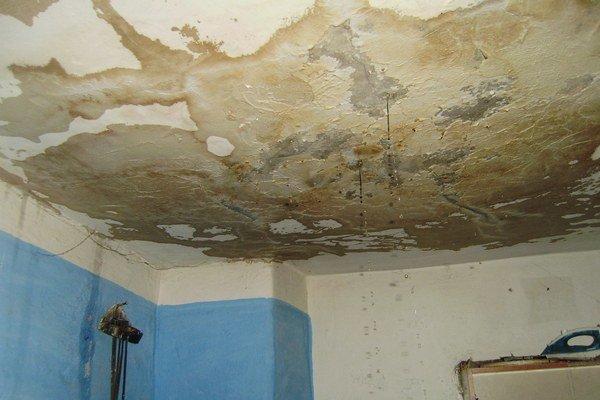 Prehnutý strop. Požiar poškodil dom, budú ho musieť opraviť.