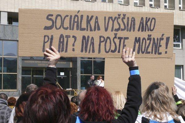 Proti nízkemu platovému ohodnoteniu a nevyhovujúcim pracovným podmienkam prišli protestovať stovky poštárov.