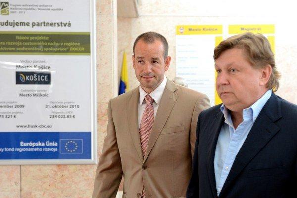 Štátny tajomník ministerstva dopravy Viktor Stromček (vľavo) a predseda KSK Zdenko Trebuľa.