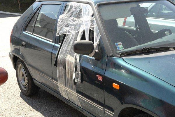 Vykradnuté auto. Ak nevypáčia zámku, rozbijú okno.