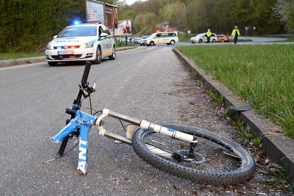 Aprílová nehoda. Náraz medzi cyklistom a motorkárom bol silný. Obaja zomreli.