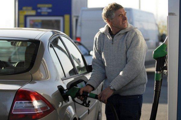 Pre nepružný trh platia motoristi za liter benzínu v priemere o sedem a nafty o päť centov viac, zistil inštitút ministerstva financií.