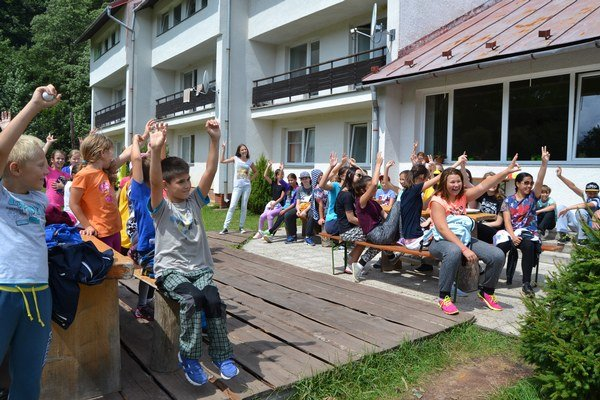 V parlamente sa hlasovalo verejne, zdvihnutím ruky.