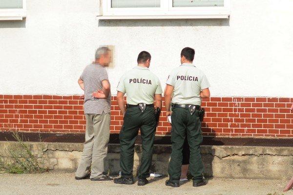Vyšetrovanie. Polícia zisťuje, ako má majiteľ šachtu pri budove zabezpečenú.