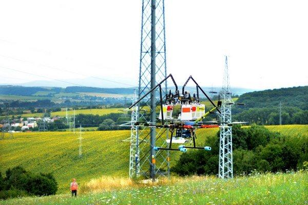Dron s označovačmi. Na vedení visia každých dvadsať metrov.
