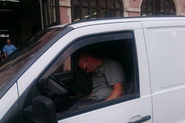 Muž takto zaspal v aute pred vchodom hasičov.