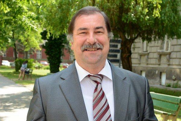 Pavol Sovák je vyštudovaný fyzik.