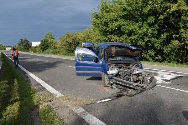 Dopravná nehoda. Opitý šofér narazil s autom do zvodidiel.