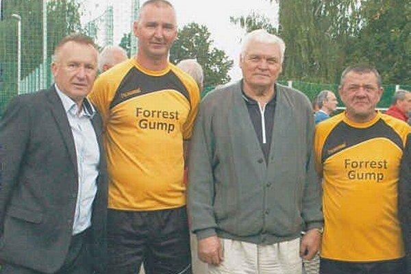 S bývalými hráčmi Košíc. Riaditeľ turnaja Štefan Stolár s hráčmi, ktorí pôsobili v najvyššej čs. súťaži - Hancom, Švajlenom a P. Diňom.
