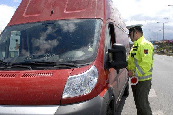 Kontrola. Polícia preveruje možnú nelegálnu činnosť prevádzačov.