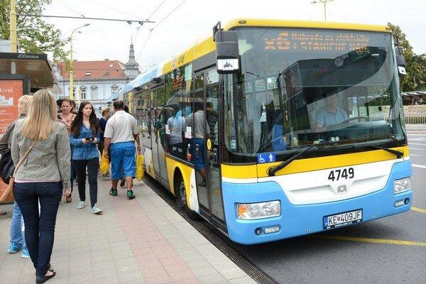 Autobusy Sor. Reklamu na nich vymenia za PR články.