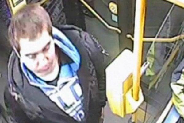 Toto je útočník. Zachytila ho kamera v autobuse.