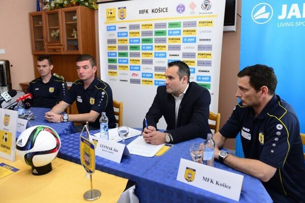 Na snímke sprava vedúci mužstva Roman Šimko, športový riaditeľ Ján Lesniak, hlavný tréner Marek Fabuľa a kapitán mužstva Peter Šinglár.