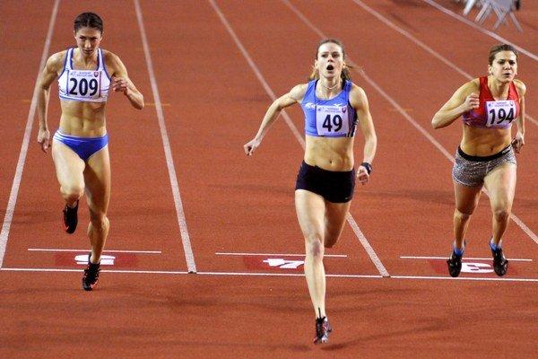 Domáci titul. Alexandra Bezeková (v strede) víťazí na šesťdesiatke.